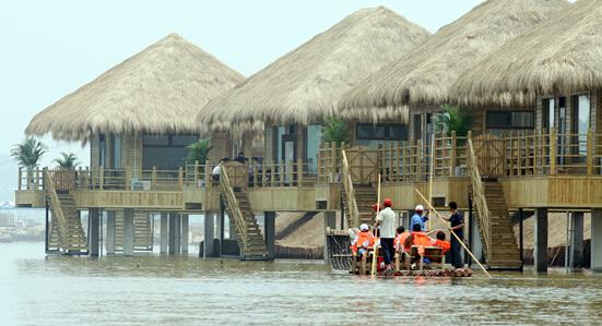 三河湖旅游景区湿地渔庄茅草屋实景图